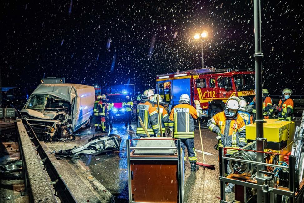 TÜCKISCHE BRÜCKE: Blitzeis & Schneefall ist große Gefahr für Feuerwehr - Postzustellerin in Ihrem Transporter eingeklem