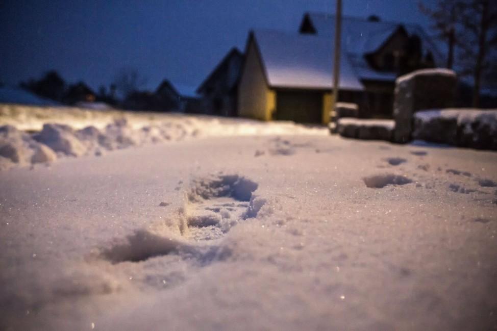 Bamberg, Deutschland 01. Dezember 2020: Fussspuren im Schnee auf einem Gehweg einer Siedlung. Bayern *** Bamberg, Germa