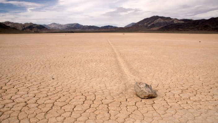 death valley,racetrack playa,wandernde felsen *** death valley,racetrack playa,migratory rock s5f-i52
