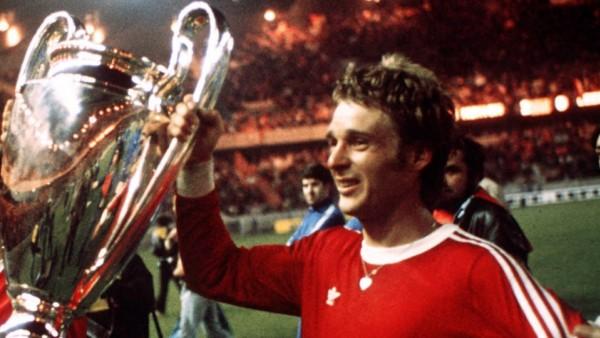 Ehrenrunde Europapokalsieger Bayern - Rainer Zobel (re.) und Josef Weiß jubeln mit dem Coupe des Clubs Champions Europe