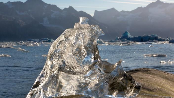 Klimawandel: Schmelzender Eisbrocken in Grönland