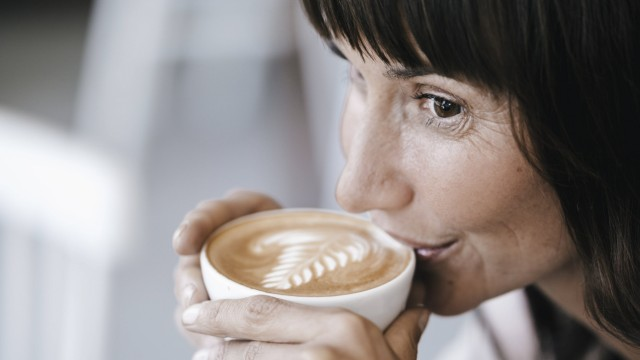 Businesswoman sitting in cafe drinking coffee model released Symbolfoto property released PUBLICATI