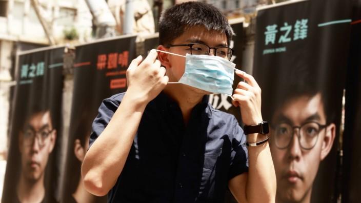 Hongkong, Joshua Wong Wahlkampf July 11, 2020, Hong Kong, CHINA: Joshua Wong put on a surgical mask during campaign for