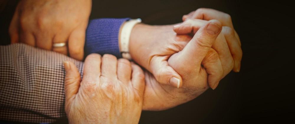 Hände halten sich gegenseitig