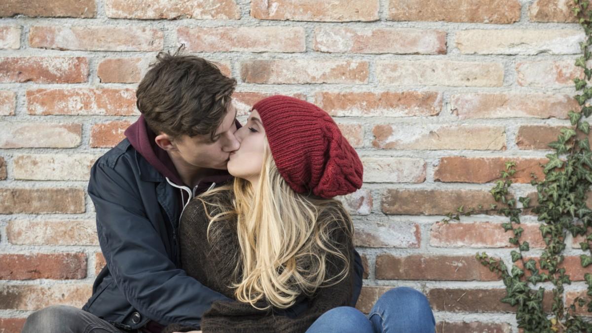 Mädchen küssen Mädchen erstes Mal