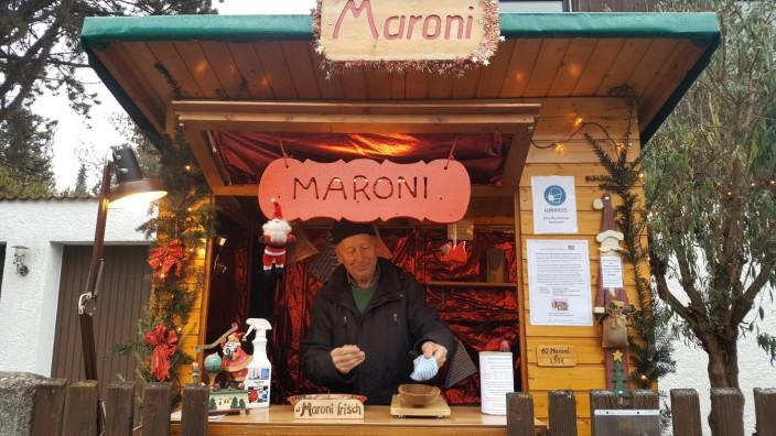 Helmut Lipah seit 37 Jahren verkauft der Ingenieur Maroni auf dem Pasinger Christkindlmarkt, nun im heimischen Garten für den guten Zweck