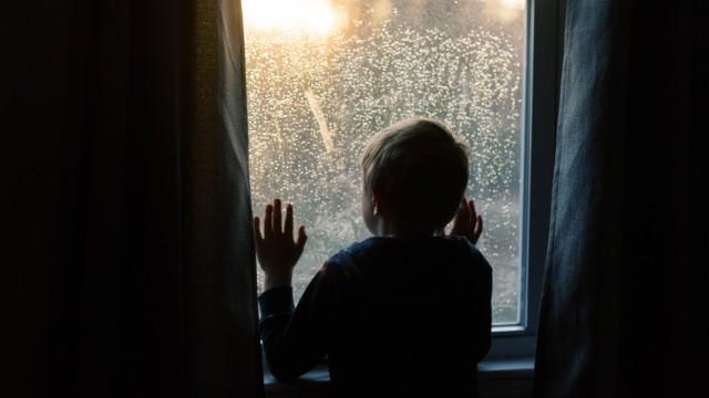 Little boy gazing at the sunset through a window. North Brookfield, MA, United States PUBLICATIONxINxGERxSUIxAUTxONLY C