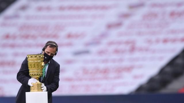 DFB-Pokal Finale: Bayern Muenchen - Bayer Leverkusen, 04.07.2020 Ein DFB-Mitarbeiter stellt den DFB-Pokal, DFB-Pokal, Si; DFB-Pokal