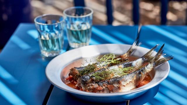 Griechenland: Fisch gehört zu den wichtigen Zutaten der kretischen Küche. Unverzichtbar aber ist, was aus dem Hinterland an die Küste kommt: Olivenöl.