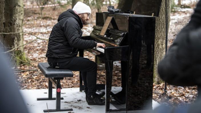Igor Levit bei einem Protestkonzert im Dannenröder Forst