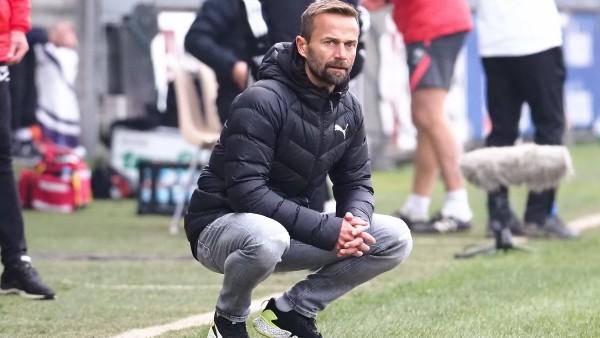 Michael Schiele (SV Sandhausen, Trainer) hockend beim Spiel SV Sandhausen vs Erzgebirge Aue in der 2. Fussball Bundesli