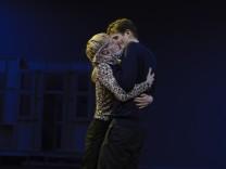 Theaterpremiere in Zürich: Familie ist, wenn alle Abstand halten