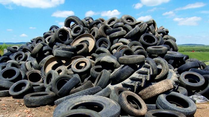 Alte Autoreifen auf einer Muelldeponie, Europa old tires on a dumpsite, Europe BLWS625949 *** Old car tyres on a dumpsit