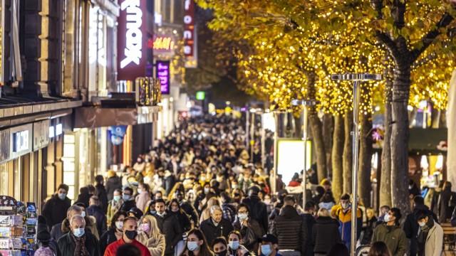 Black-Friday-Shopping am Freitagabend in der Fußgängerzone Stuttgart. Die Flaniermeile Königstraße ist trotz Corona-Pan