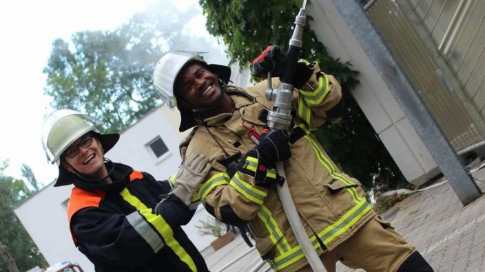 Kolade Igbasan (rechts) engagiert sich gemeinsam mit seinen Kameraden seit Jahren bei der Freiwilligen Feuerwehr in Bayreuth.