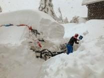 Wintereinbruch: Schnee schaufeln rund um die Uhr