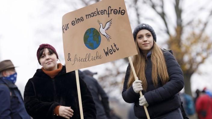 Demonstranten auf der Querdenken-Demo im Rheinpark Golzheim demonstrieren gegen das Tragen von Masken. Düsseldorf, 06.1