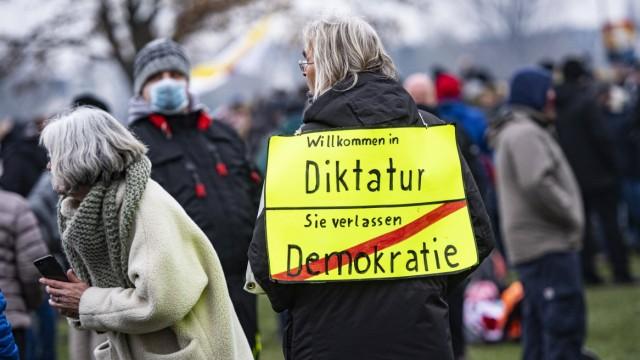 Querdenken Demo in Düsseldorf am 06.12.2020 *** Lateral thinking Demo in Düsseldorf on 06 12 2020