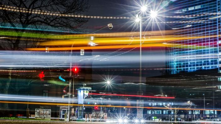 Kreuzung bei Nacht