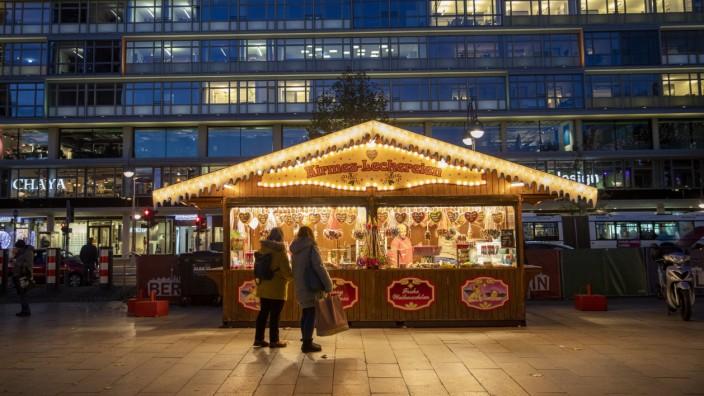 Weihnachten 2020: Ein Christkindlmarkt-Stand während der Corona-Pandemie in Berlin