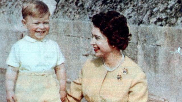 HM Queen Elizabeth II and Prince Andrew in 1962 Â PUBLICATIONxINxGERxSUIxAUTxONLY UnitedArchives01