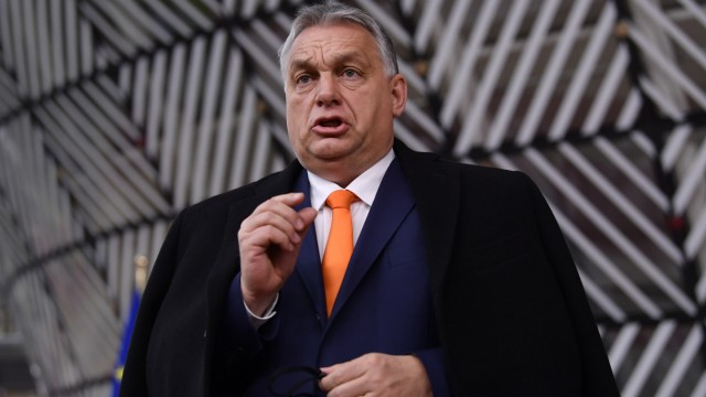 Kompromiss im Haushaltsstreit: Die Krawatte als Signal: Ungarns Premier Viktor Orbán trug in Brüssel einen orangefarbenen Schlips - die Farbe seiner Rechtsaußenpartei Fidesz.