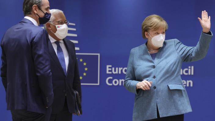 """Kompromiss im Haushaltsstreit: """"Sehr intensiv"""": Bundeskanzlerin Angela Merkel musste als amtierende EU-Ratspräsidentin in Brüssel vermitteln, neben ihr der griechische Premier Kyriakos Mitsotakis (links) und Portugals Premierminister Antonio Costa."""