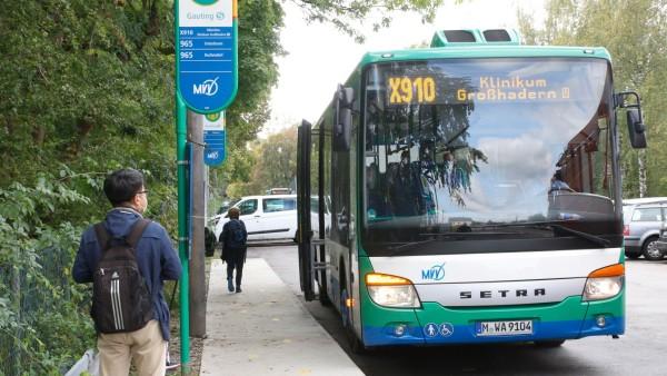 Expressbus X910 am Bahnhof in Gauting; Expressbuslinie X910