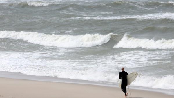 Surfer am Weststrand von List auf Sylt