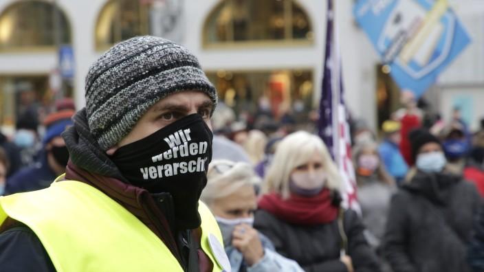 Corona-Leugner: Teilnehmer der Querdenken-Demonstrationen vermuten zum Teil, dass hinter der Corona-Pandemie ein größerer Plan steckt.