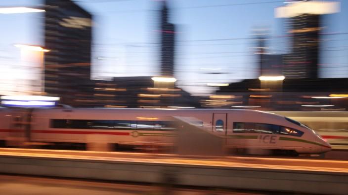 ICE 3 der DB Deutsche n Bahn mit grün em Band bei der Abfahrt vom Hauptbahnhof Frankfurt in der Abenddämmerung, Hessen,