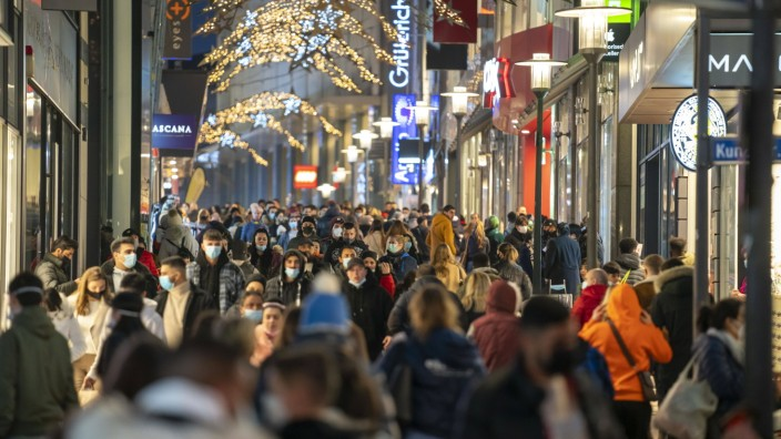 News Bilder des Tages Einkaufsstrasse Limbecker Strasse, Geschäftsstrasse, Fussgängerzone, voll, viele Menschen beim Ei