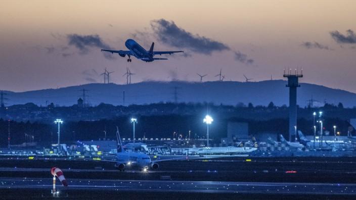 Startendes Flugzeug am Flughafen Frankfurt