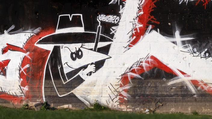 Ein Grafitti mit Agenten des Comics Spion & Spion an einer Brücke in Deutz. Köln, 01.05.2020 *** A grafitti with agents