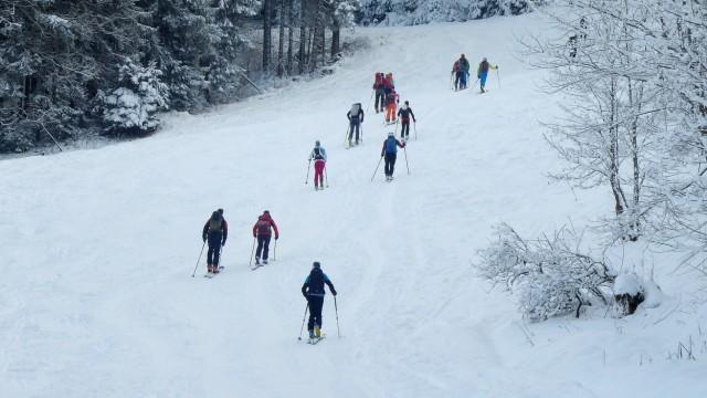 Skitourengeher Piste Skigebiet Bayern