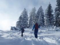 Skitourengeher im frischen Schnee