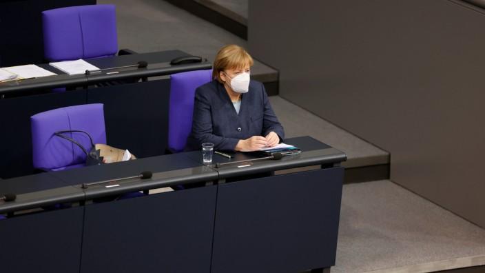 Angela Merkel sitzt mit Maske im Bundestag.