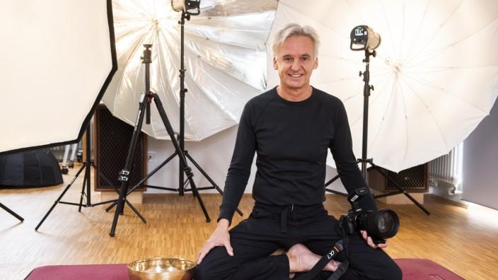 Höhenkirchen-Siegertsbrunn, Yogalehrer und 'Yogafotograf' Paul Königer, Foto: Angelika Bardehle