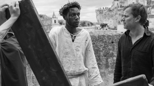 """Film """"Das Neue Evangelium"""": Regisseur Milo Rau mit seinem schwarzen Jesus Yvan Sagnet. Der Film ist auch ein Making-of."""