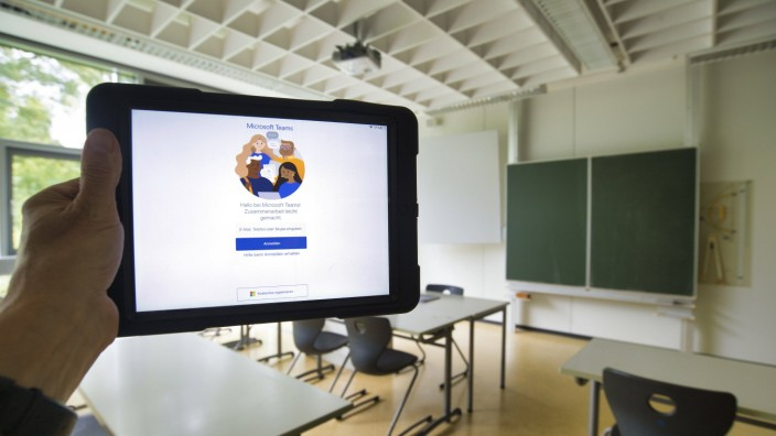 iPad mit Microsoft Teams, digitaler Unterricht, leeres Klassenzimmer, Einzeltische ohne Abstandsregel, Corona-Krise, Deu