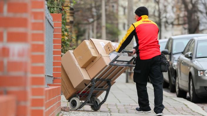 Paketdienste: Paketzusteller bei der Arbeit