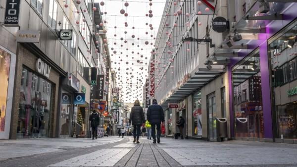 Erster Tag des Weihnachts Lockdown in der Corona Krise, leere Einkaufsstrasse Hohe Strasse, geschlossene Geschäfte, kau