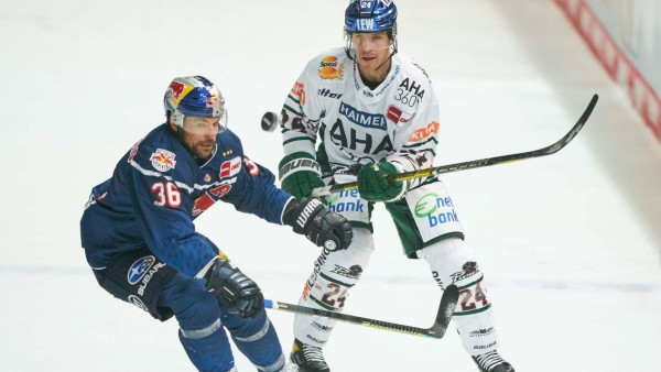 Yannic SEIDENBERG, EHC RB Muc 36 compete, fight for the puck against T.J.TREVELYAN, AEV 24 in the match EHC RB MUENCHEN; Eishockey