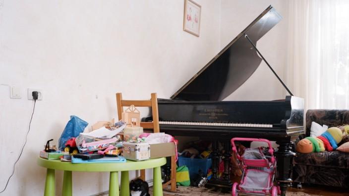 Olga Leonidovna; Piano in Bogashevo Village aus Sibiriens vergessene Klaviere