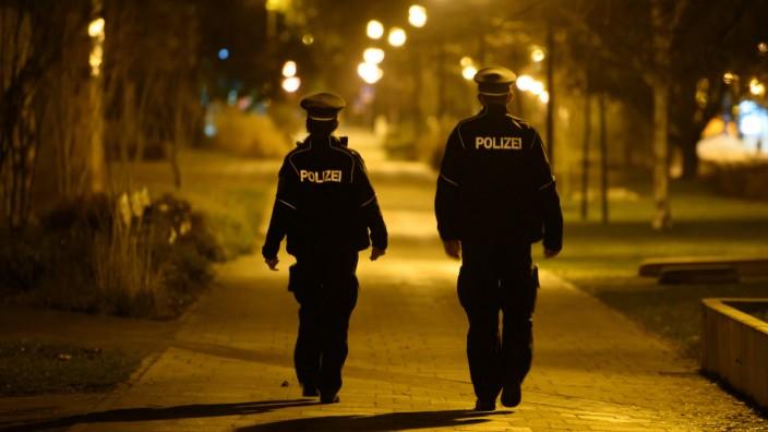 Coronavirus in Deutschland: Polizisten in Dresden überwachen die Ausgangssperre