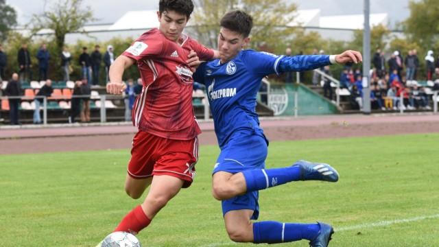 U17, U 17 Bundesliga: SG Unterrath - FC Schalke 04 / 26.09.2020. Stephan Soghomonian (SGU/li.) im Zweikampf. *** U17 Bu; x