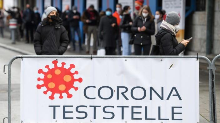 Coronavirus - München - Menschenschlage vor Corona-Teststelle