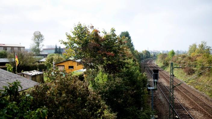 Pasing Gleisinsel, Kleingartenanlage, Schrebergärten auf der linken Seite, rechts: Gleise, Schienen, Bahn, DB. Fotografiert von der Brücke Hildachstraße