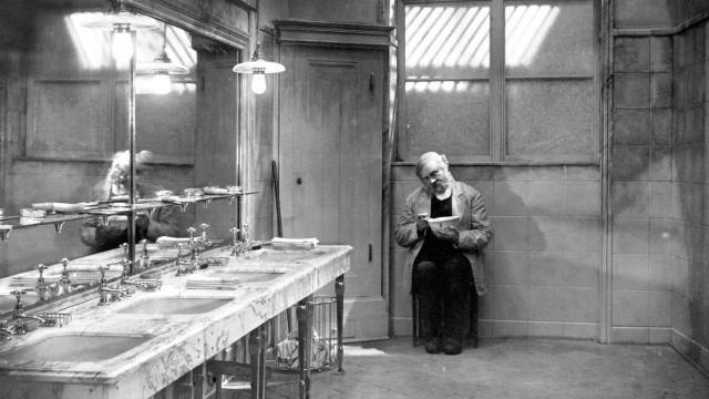 Le dernier des hommes Der letzte Mann 1925 Real FW Murnau Emil Jannings. Collection Christophel / RnB Universum Film PUB