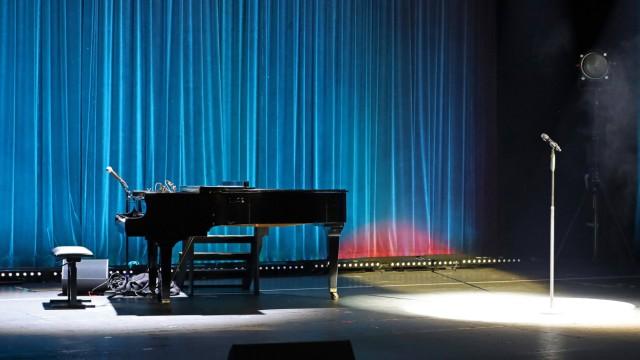 Verlassenes Klavier und Mikrofon auf der Buehne in der Komoedie am Kurfuerstendamm im Schiller Theater, Bismarckstrasse,